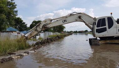 unmiss south sudan bor jonglei floods flooding dyke engineering troops displaced persons
