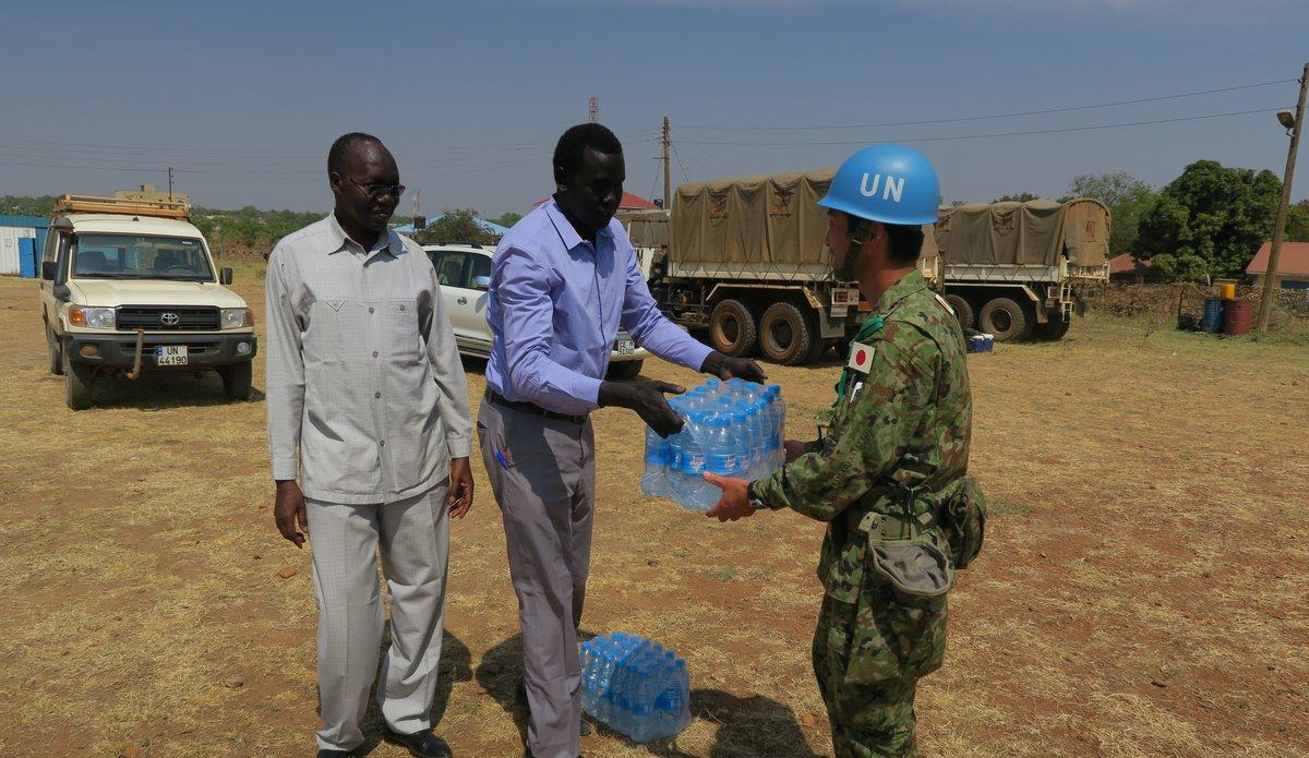 UNMISS Japanese Peacekeeping Engineers accepting water from the Leadership of the University of Juba