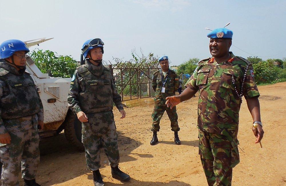 UNMISS Force Commander - Lieutenant General John Mogoa Kimani Ondieke talks with Chinese Peacekeepers.