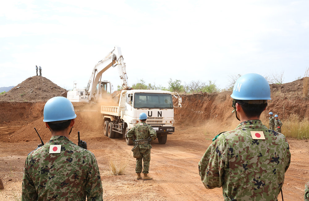 UNMISS Japanese peacekeepers contribute to creating a condition for the delivery of humanitarian assistance as they travel to Kuda in a convoy of heavy machines and trucks, and improve the main supply road for the people of South Sudan.
